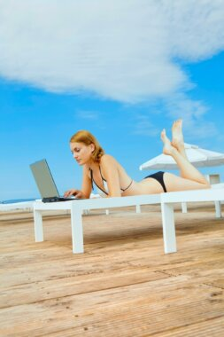 Laptop op zonneterras