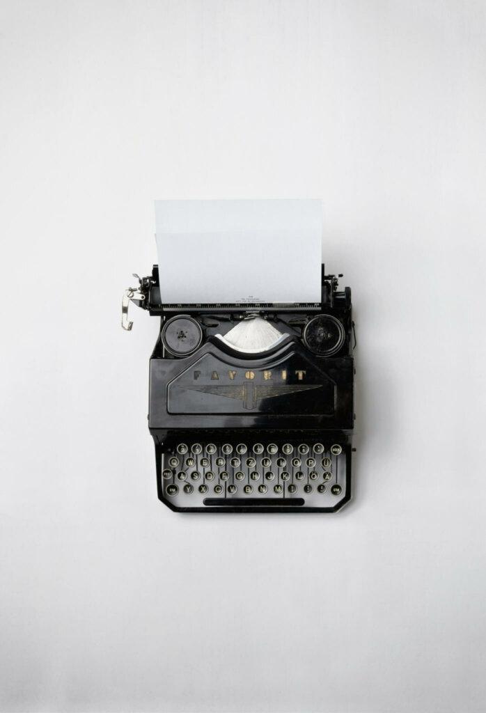 Het romantische beeld van geld verdienen met boeken schrijven op de typmachine